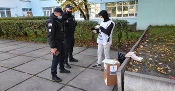 """Кияни викликають поліцію, коли бачать """"опитування"""" Зеленського"""